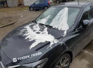 Плохо смываемой краской наказали три дорогих автомобиля за «бесплатную» парковку в Ростове