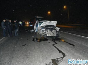 Под Ростовом Volkswagen протаранил ограждения дорожников: 1 погиб, 2 травмированы