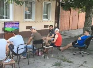Собственную фан-зону организовали в своем дворе заядлые болельщики Ростова
