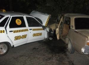 В Шахтах в ДТП с участием такси погибла 16-летняя девушка, еще 4 человека пострадали