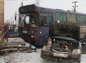 В Батайске автобус после столкновения с иномаркой едва не въехал в магазин
