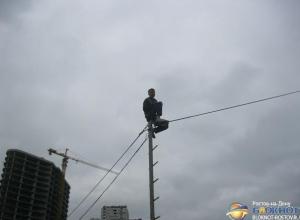 В Ростове полицейские и спасатели уговорили несостоявшегося самоубийцу слезть со столба. Видео
