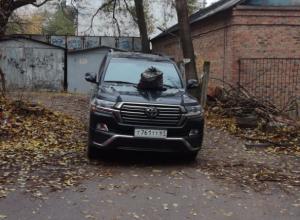 Мгновенная карма в виде мешка с мусором настигла «неразумно припарковавшийся» внедорожник в Ростове