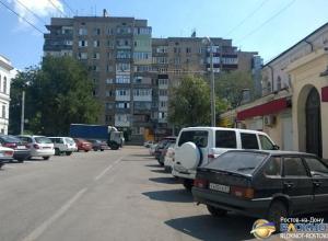 В Ростове за парковку у Нахичеванского рынка с автовладельцев требуют деньги