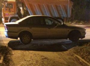 Подозрительный автомобиль без номеров заблокировал жильцов дома в Ростове