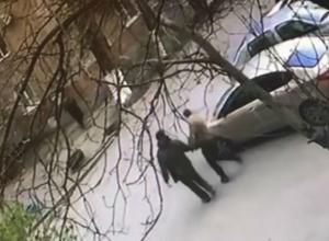Зверство прохожих, надругавшихся над припаркованным автомобилем в Ростове, попало на видео