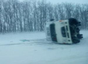 Сдутый с ростовской трассы штормовым ветром грузовичок Hyundai осторожные автолюбители сняли на видео