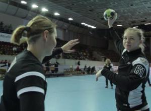 Популярный флешмоб Mannequin Challenge с донскими гандболистками в разгромном матче сняли на видео