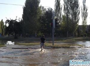 В Волгодонске из-за очередного порыва улицу затопило водой. ВИДЕО