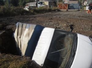 В Ростове на парковке «ГАЗель» провалилась под землю и повредила водовод