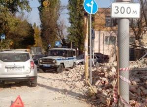 В Ростове рухнувшая стена повредила машины и засыпала трамвайные пути