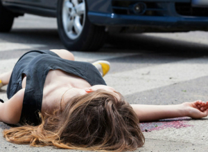 Попавший в ДТП Hyundai сбил женщину на тротуаре и врезался в здание в центре Ростова