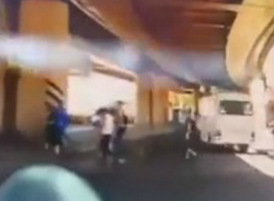 Игнорирующие ПДД «бесстрашные» пешеходы вызвали опасные желания у автолюбителей в центре Ростова
