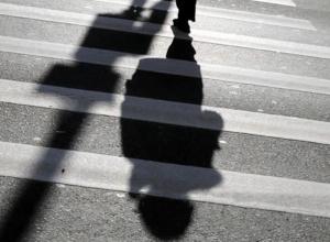 В Ростовской области иномарка «Дэу Нексия» на тротуаре сбила отца с двумя детьми