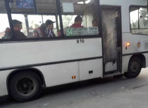 Водитель аварийного автобуса катал пассажиров с «законопаченной» полиэтиленом дверью в Ростове