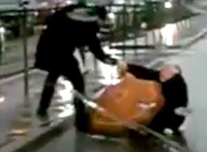Спасение упавшей на проезжую часть пенсионерки пешеходом и водителем Ростова попало на видео