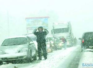 Из-за снегопада автомобилисты застряли на границе с Ростовской областью