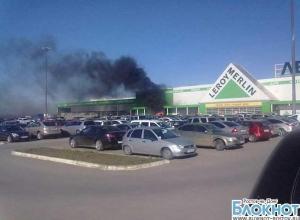 Под Ростовом на стоянке возле «Леруа Мерлен» сгорел автомобиль: водитель получил ожоги