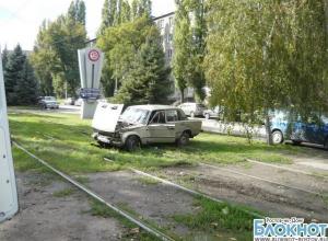 В Таганроге пьяный водитель на ВАЗе сбил девушку на трамвайной остановке