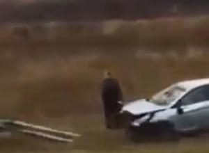 Вытащить из кювета белый хэтчбэк пытаются при помощи эвакуатора в Ростовской области