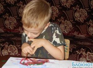 В Ростове выставили картины 7-летнего мальчика, чтобы собрать ему деньги для лечения ДЦП