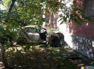 В Ростове водитель «Пежо» сбил женщину с ребенком и врезался в дом: двое погибли