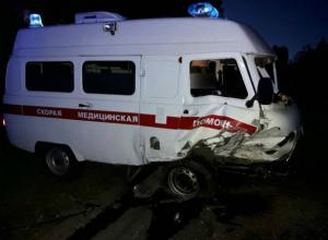 Фельдшер и водитель скорой пострадали в страшном лобовом ДТП с кроссовером на трассе под Ростовом
