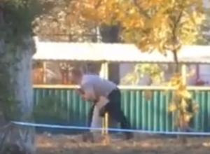 Отчаянная борьба больного мужчины со своими демонами во дворе Ростова попала на видео