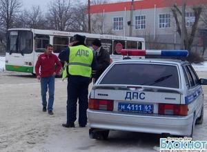 В Новочеркасске женщина с маленькой дочкой попали под колеса рейсового автобуса