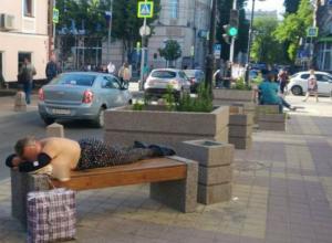 Загорающая топлес на лавочке тучная брюнетка вызвала волну возмущения у эстетичных жителей Ростова