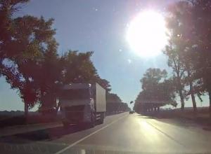 На трассе Ростов-Таганрог у Peugeot на полном ходу отлетел капот