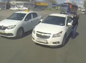 Автомобиль без водителя ехал по главной дороге в Ростове и попал на видео