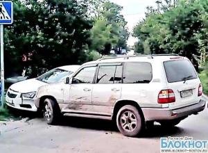 В Ростове очевидец снял на видео пьяного водителя «Ленд Крузера», врезавшегося в «Шевроле»
