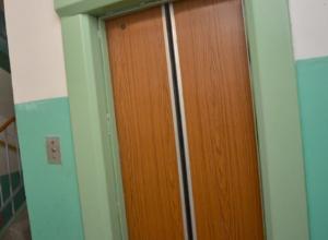 Страдать и терпеть уже целую неделю приходится жильцам многоэтажки со сломанным лифтом в Ростове