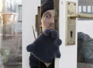 Рассеянный мужчина в Ростовской области лишился имущества  из-за незапертой двери
