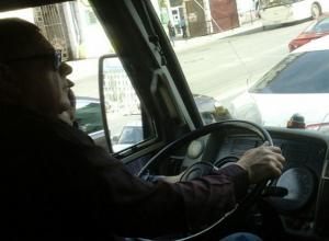 Управлявший автобусом одной рукой водитель-лихач нахамил пассажирке в Ростове