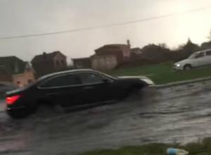 Плывущие по затопленным дорогам Ростова после мощного ливня автомобили попали на видео