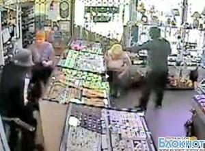 В Ростовской области преступников в париках, ограбивших ювелирный отдел, разыскивают по видеосъемке