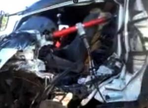 Доставать клещами из покореженного грузовика пришлось 23-летнего парня после ДТП в Ростовской области