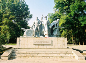 В Ростове памятник советским воинам осквернили свастикой