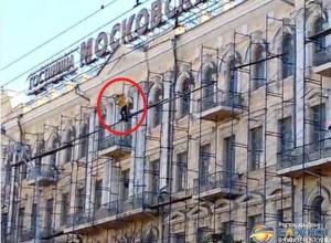 Ростовчанин пытался покончить с собой, угрожая спрыгнуть с гостиницы «Московской». Видео