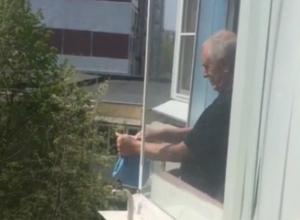 Вытряхивающего «пылесосный» мусор из окна многоэтажки Ростова «нехорошего» соседа поймали на видео