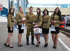 Молодые красавицы в солдатской форме удивили пассажиров железнодорожного вокзала Ростова