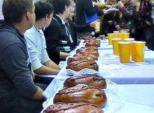 В Ростове-на-Дону прошли соревнования по поеданию пирогов. Видео
