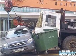 В Ростове кран при выезде со стройплощадки смял «Тойоту» сотрудника налоговой службы. ФОТО