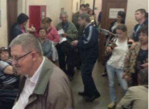 Женщины падали в обморок, отстаивая очередь из двухсот человек в Водоканале Ростова