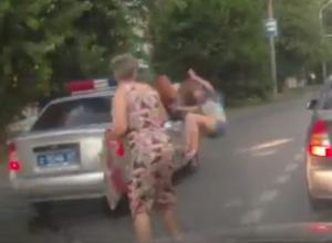 В Ростове сотрудники ГИБДД, объезжая пробку по встречке, сбили девушку-пешехода. Видео