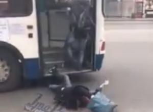 Выпавший из автобуса головой в асфальт мужчина шокировал ростовчан на видео