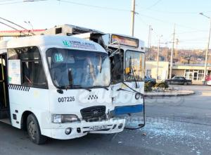 Жесткий утренний «поцелуй» троллейбуса с маршруткой развеселил жителей Ростова