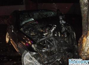 На набережной Ростова 19-летний водитель на BMW Х-5 без номеров врезался в дерево: 3 травмированы. ФОТО